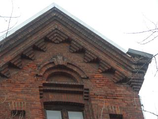 Арка в теле фронтона, Кирпичная архитектура, фотографии кирпичрых домов. Архитектор Антон Булатецкий
