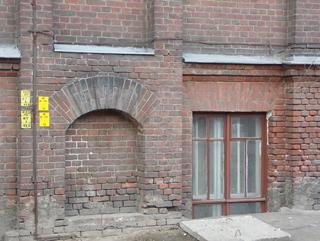 Подножие с окном в цоколе, Кирпичная архитектура, фотографии кирпичрых домов. Архитектор Антон Булатецкий