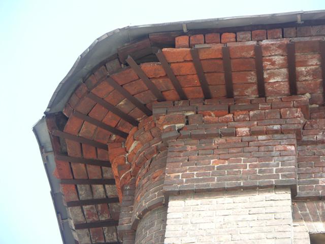 Небольшая трещина. Кирпичная архитектура, фотографии кирпичрых домов. Архитектор Антон Булатецкий