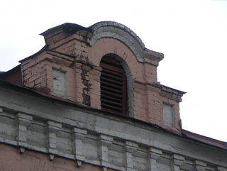 """""""слуховое окно нужно для вентиляции чердака, оформлено на фасаде как украшение """"Сфотографировал и комментировал..."""