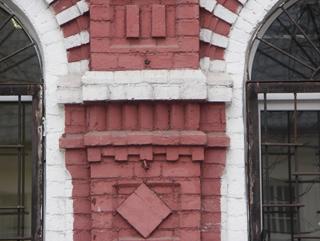 Простенок с пилястрой между арочными окнами, Фотографии кирпичных домов, примеры античных - классических архитектурных форм. Архитектор Антон Булатецкий