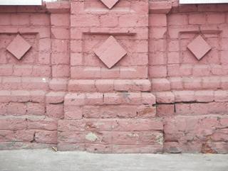 Подножие кирпичного фасада украшенного ромбами, Фотографии кирпичных домов, примеры античных - классических архитектурных форм. Архитектор Антон Булатецкий