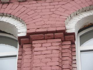 Капитель в простенке между арками окна, Фотографии кирпичных домов, примеры античных - классических архитектурных форм. Архитектор Антон Булатецкий