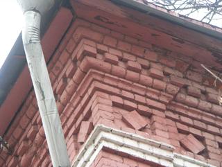 Кирпичный карниз и подшивка свеса крыши досками, Фотографии кирпичных домов, примеры античных - классических архитектурных форм. Архитектор Антон Булатецкий