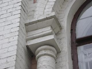 Кирпичный антаблемент с архивольтом и круглая колонна, Фотографии кирпичных домов, примеры античных - классических архитектурных форм. Архитектор Антон Булатецкий