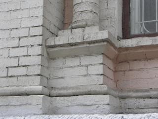 Кирпичный пьедестал под колонной на фасаде дома, Фотографии кирпичных домов, примеры античных - классических архитектурных форм. Архитектор Антон Булатецкий