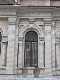 Подоконная тумба здесь не поместилась, а без нее окно выглядит длинным, Фотографии кирпичных домов, примеры античных - классических архитектурных форм. Архитектор Антон Булатецкий
