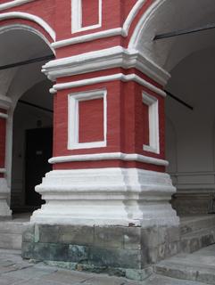 Массивный кирпичный столб с капителью и базой служит опорой крестового свода, Фотографии кирпичных домов, примеры античных - классических архитектурных форм. Архитектор Антон Булатецкий