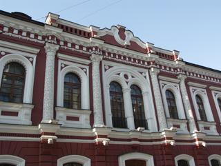 Фасад с резными узорами на колоннах, Фотографии кирпичных домов, примеры античных - классических архитектурных форм. Архитектор Антон Булатецкий
