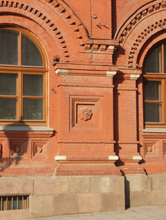 Выступ кирпичной стены с большими арочными окнами, Фотографии кирпичных домов, примеры античных - классических архитектурных форм. Архитектор Антон Булатецкий