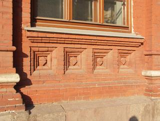 Декоративный кирпичный рисунок украшает подоконник на фасаде здания, Фотографии кирпичных домов, примеры античных - классических архитектурных форм. Архитектор Антон Булатецкий
