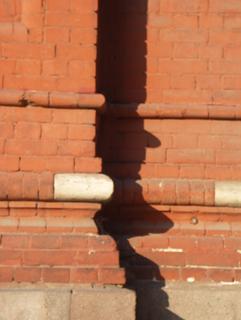 Профиль базы кирпичного столба повторяется вдоль цоколя всего здания, Фотографии кирпичных домов, примеры античных - классических архитектурных форм. Архитектор Антон Булатецкий