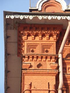 Разные профили кирпичей использованы в украшении кирпичного карниза, Фотографии кирпичных домов, примеры античных - классических архитектурных форм. Архитектор Антон Булатецкий