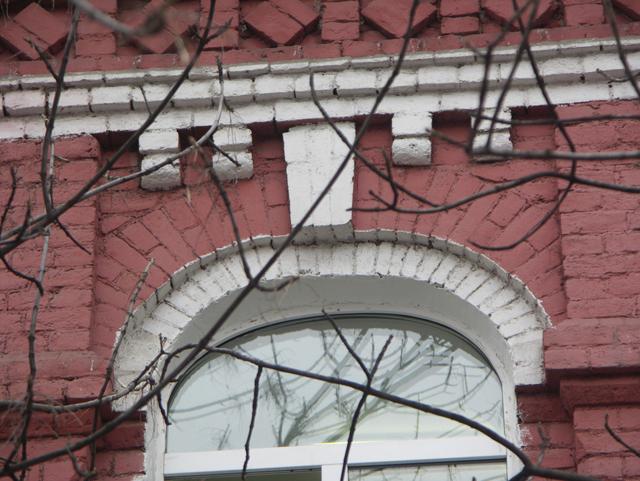 Плоская кирпичная арка над окном. Фотографии кирпичных домов, примеры античных - классических архитектурных форм. Архитектор Антон Булатецкий