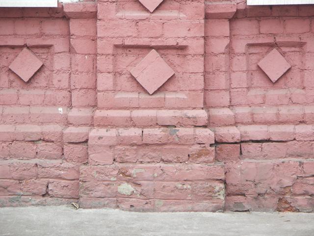 Подножие кирпичного фасада украшенного ромбами. Фотографии кирпичных домов, примеры античных - классических архитектурных форм. Архитектор Антон Булатецкий
