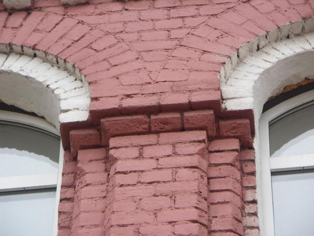 Капитель в простенке между арками окна. Фотографии кирпичных домов, примеры античных - классических архитектурных форм. Архитектор Антон Булатецкий