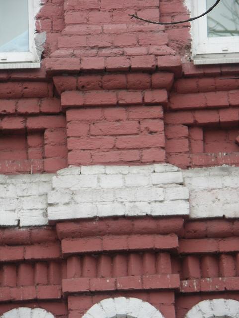 Пьедестал пилястры на кирпичном фасаде дома. Фотографии кирпичных домов, примеры античных - классических архитектурных форм. Архитектор Антон Булатецкий