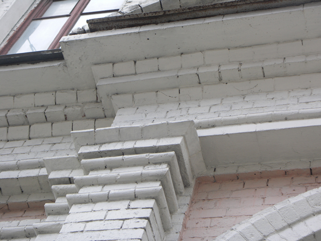 Кирпичный карниз с использованием бетонных плит в местах больших выступов. Фотографии кирпичных домов, примеры античных - классических архитектурных форм. Архитектор Антон Булатецкий