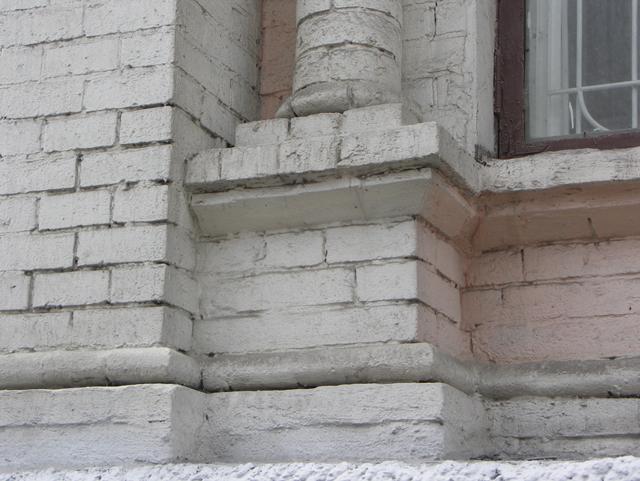 Кирпичный пьедестал под колонной на фасаде дома. Фотографии кирпичных домов, примеры античных - классических архитектурных форм. Архитектор Антон Булатецкий