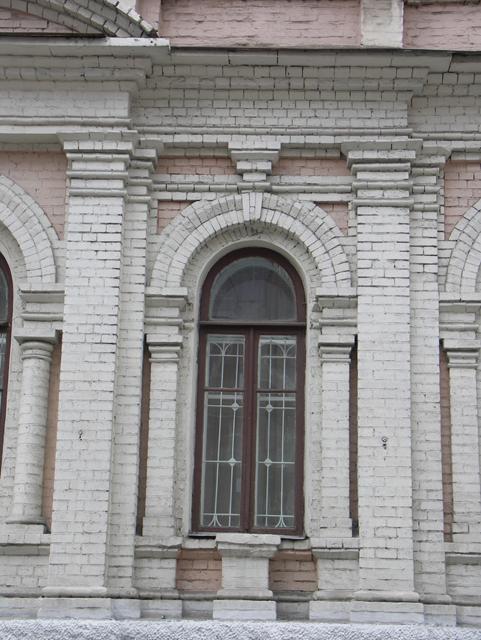 Подоконная тумба здесь не поместилась, а без нее окно выглядит длинным. Фотографии кирпичных домов, примеры античных - классических архитектурных форм. Архитектор Антон Булатецкий