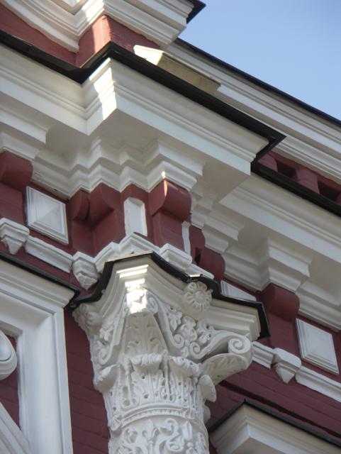 Архитектурные элементы на фоне кирпича. Фотографии кирпичных домов, примеры античных - классических архитектурных форм. Архитектор Антон Булатецкий