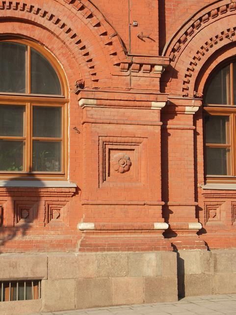 Выступ кирпичной стены с большими арочными окнами. Фотографии кирпичных домов, примеры античных - классических архитектурных форм. Архитектор Антон Булатецкий