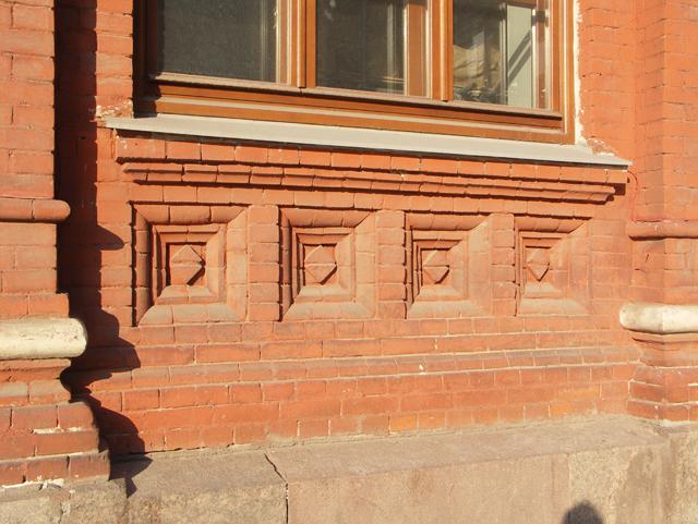 Декоративный кирпичный рисунок украшает подоконник на фасаде здания. Фотографии кирпичных домов, примеры античных - классических архитектурных форм. Архитектор Антон Булатецкий