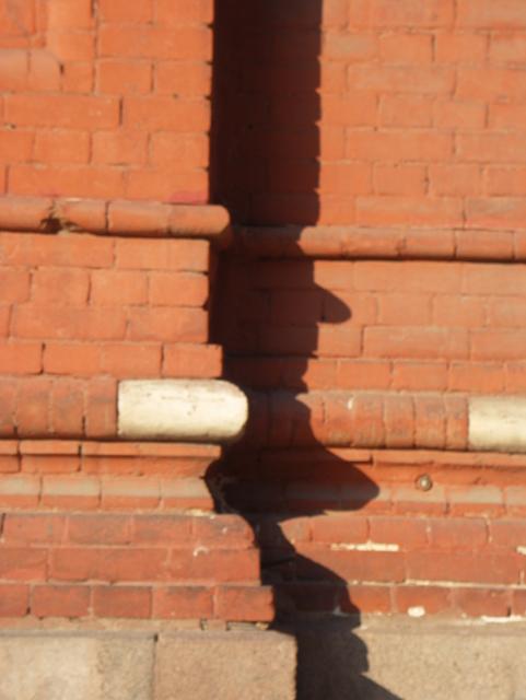 Профиль базы кирпичного столба повторяется вдоль цоколя всего здания. Фотографии кирпичных домов, примеры античных - классических архитектурных форм. Архитектор Антон Булатецкий