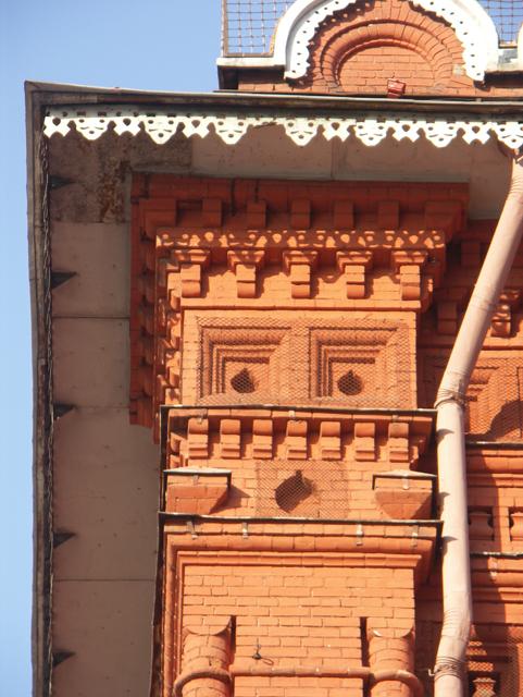 Разные профили кирпичей использованы в украшении кирпичного карниза. Фотографии кирпичных домов, примеры античных - классических архитектурных форм. Архитектор Антон Булатецкий