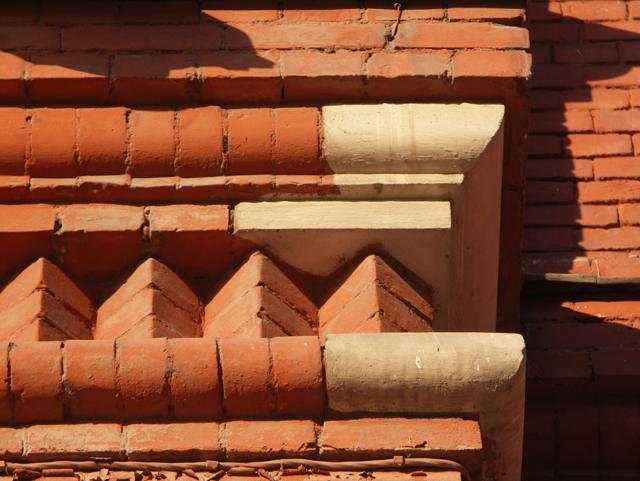 Элемент кирпичного рисунка фасада. Фотографии кирпичных домов, примеры античных - классических архитектурных форм. Архитектор Антон Булатецкий