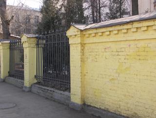 Желтый забор из кирпича, Заборы, фотографии архитектурных элементов зданий и сооружений. Архитектор Антон Булатецкий