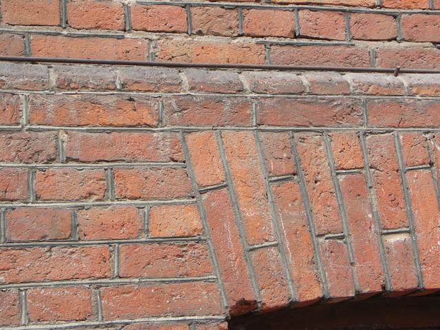 Шов между кирпичами с выступом. Фактуры кирпичных стен, фотографии. Архитектор Антон Булатецкий