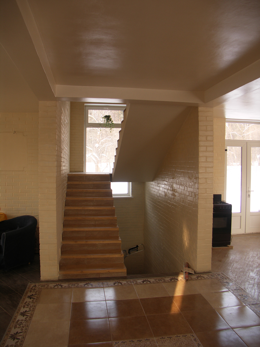 Внутри дома напротив входа лестница